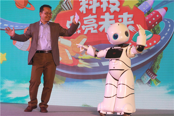 Dr.Zheng Yongchun shared about science to the audience during the launch and interact with the robot on stage.